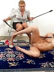 Lesdom trainer exercises a bitch in flexible masturbation