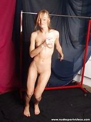 Gym bunny working out nude on camera