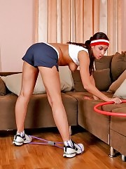 Sexy sporty lass exposes her yummy buns