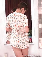 Full nude girlie caught by spy cam