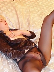 Sexy mom driven crazy by her pantyhose