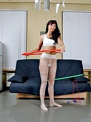Brune hula-hooping in white fashion pantyhose